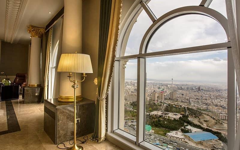 نمای تهران از داخل پنجره اتاق هتل اسپیناس پالاس